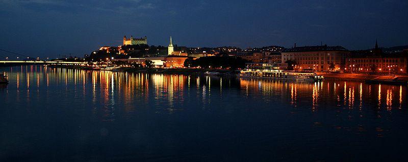800px-BratislavaNight