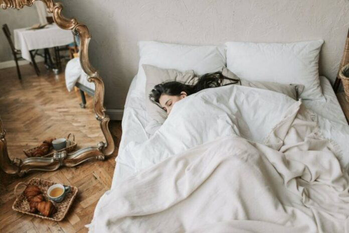 jutro budjenje krevet zena ilustracija pexels
