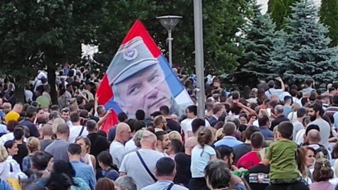 Zastava sa likom zlocinca Mladica na Spasovdanskoj litiji Foto Informer