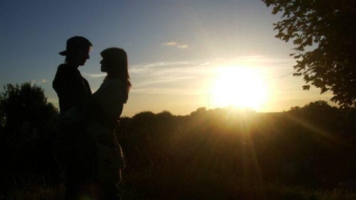 poljubac tinejdzeri par ljubav priit kaldma 16142 750x422 1