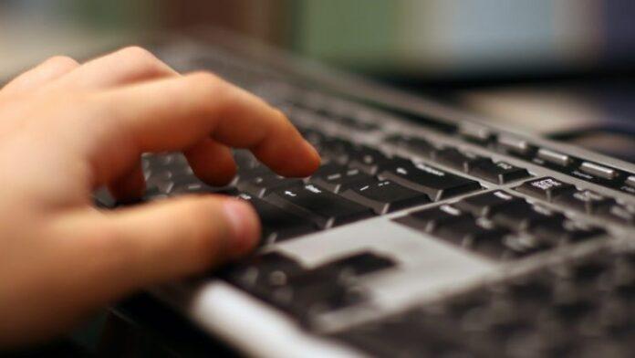 kompjuter tastatura ruka sgback 78292 750x422 1