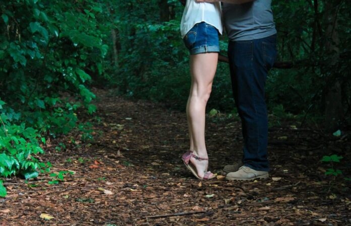 poljubac momak djevojka priroda ilustracija pexels