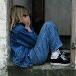dijete djevojcica sjedi tuga skrivanje
