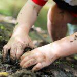 djeca igra blato 2 3 ilustracija 696x464 1