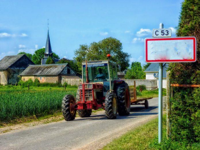 traktor na cesti ilustacija pixabay 696x522 1