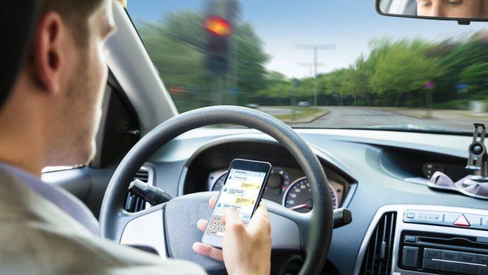 vozac mobitel voznja 696x392 1