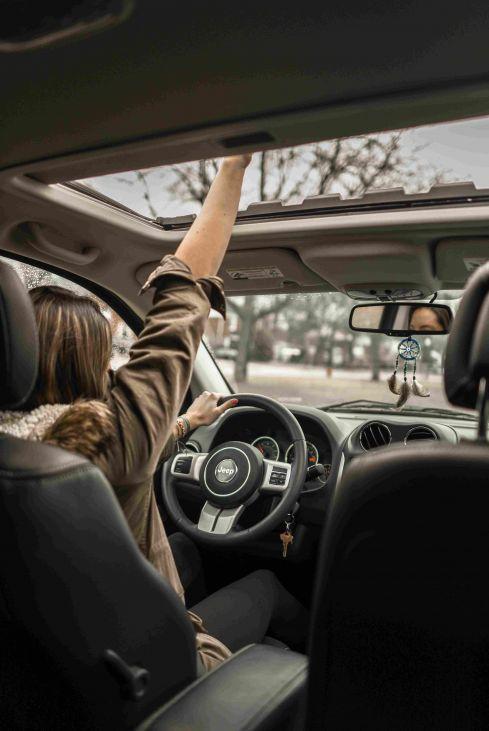 zena voznja automobil zima
